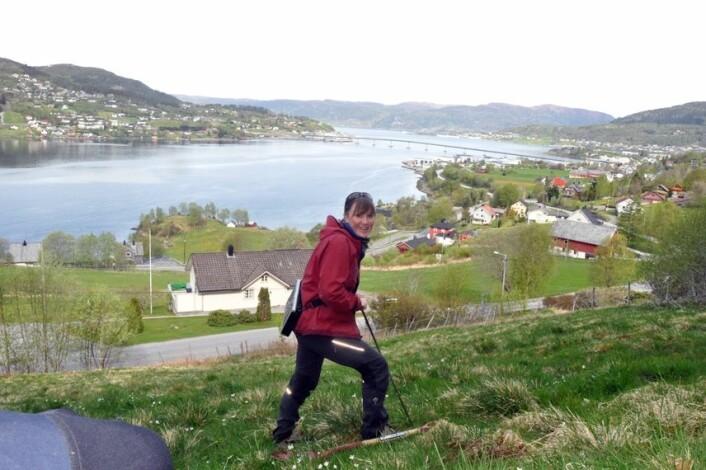 Skredforsker Lena Rubensdotter fra NGU sjekker grunnforholdene under skredfarekartleggingen i Sykkylven. (Foto: NGU)