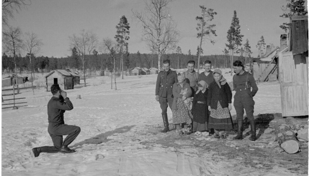 Tyske soldater får tatt et bilde sammen med skoltesamer. Fra Petsamo-regionen i Nord-Finland våren 1942.