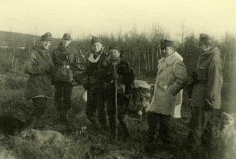 Tyske soldater og samer avbildet sammen under krigen.