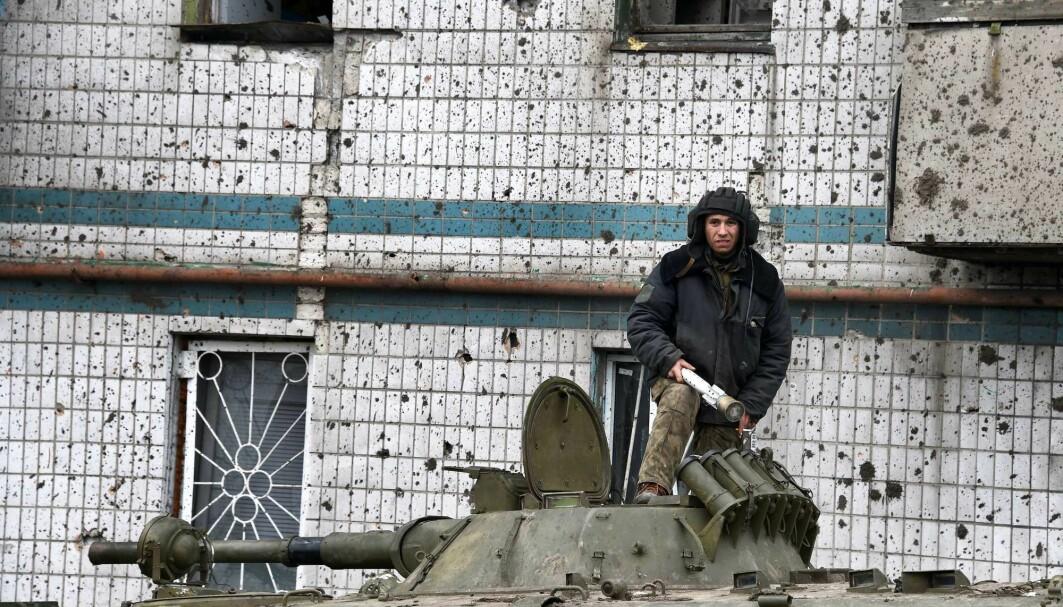 En pro-russisk separatist lader om stridsvognen sin i Donetsk i Ukraina. Så mange som 15 000 russere dro til Ukraina for å kjempe i denne konflikten. 1000 fremmedkrigere kom også fra vesten for å kjempe i Ukraina.