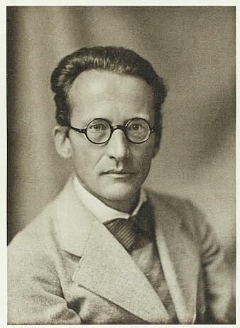 Dette er Erwin Schrödinger. Han ble født i Østerrike og levde fra 1887 til 1961