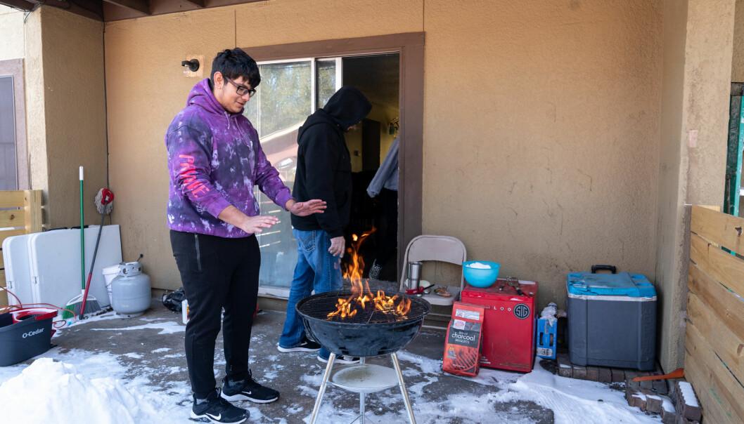 Jorge and Fidel Benitez fyrte opp grillen utenfor sin bolig i Austin, Texas, i midten av februar. Kuldeperioden gjorde at millioner av mennesker var uten strøm i det sentrale og sørlige USA.