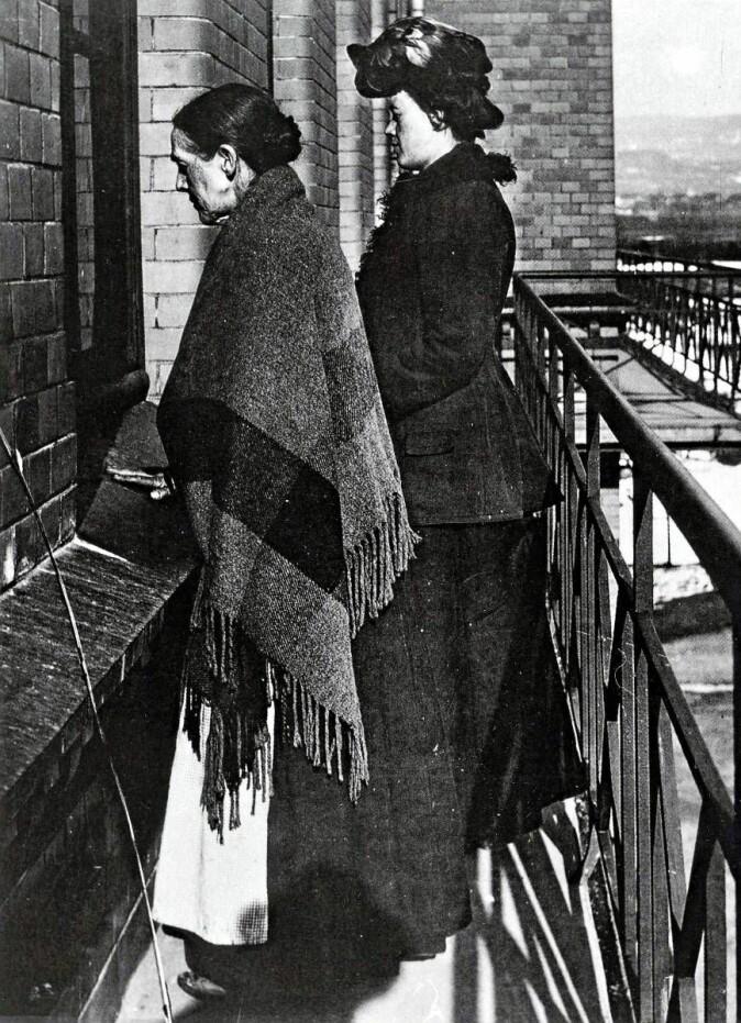 Ullevål sykehus ble opprettet i 1887 som et epidemilasarett utenfor de daværende bygrensene. Andre byggetrinn ble bygget som murbygninger, her fra 1905, Difteribygget. Det ble bygget smale balkonger slik at pårørende kunne besøke pasienter og samtidig ta smittevernhensyn.