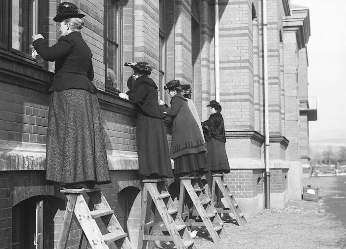 Her besøker de barna som er i karantene på Ullevål sykehus for over hundre år siden