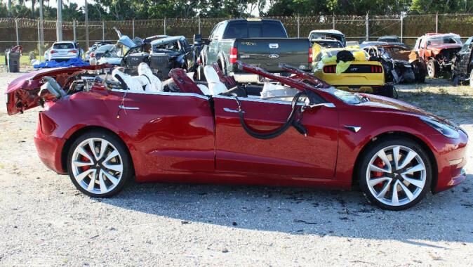 En Tesla Model 3 kjørte over fartsgrensen da den krasjet inn i en lastebil på autopilot i USA i mars 2019. Taket ble revet av og sjåføren ble drept. Ifølge en foreløpig rapport hadde sjåføren trolig ikke hendene på rattet, og verken han eller autopiloten foretok noen unnvikende handling.