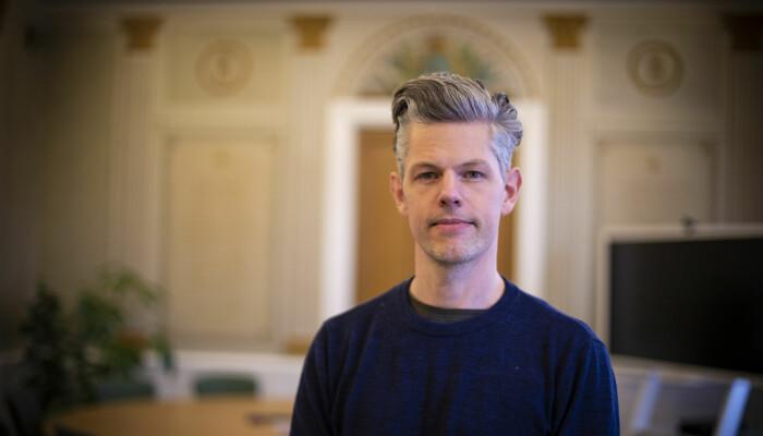 Mange mennesker sover for lite og sliter mye med det i lengden, sier den svenske arbeidslivsforskeren David Hallman.
