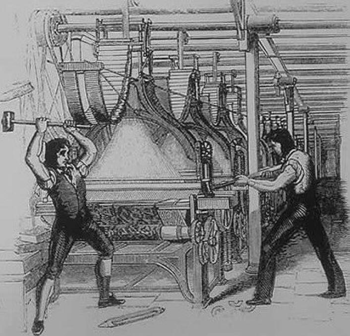 Ludditter ødelegger en mekansik vevstol. Illustrasjon fra 1844, etter at luddittbevegelsen var over. (Foto: (Illustrasjon: Wikimedia Commons))