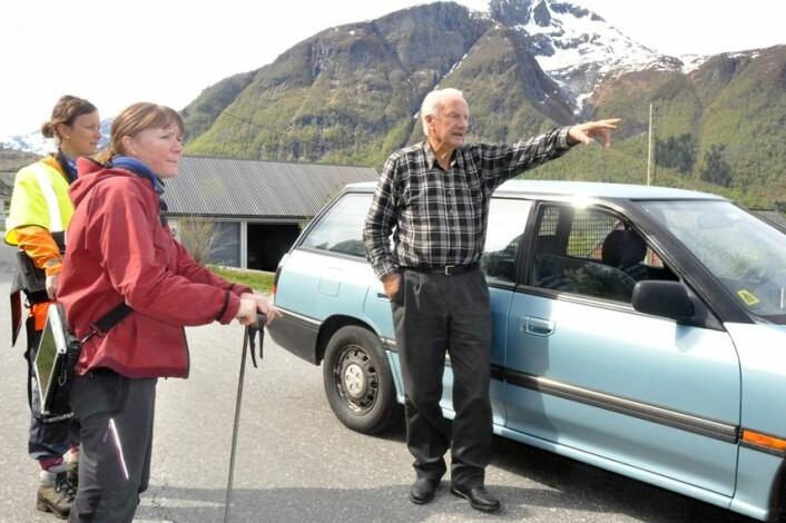 Forskerne Gro Sandøy (t.v) og Lena Rubensdotter lytter til lokalhistoriene fra Ola Tynes i Sykkylven. (Foto: NGU)