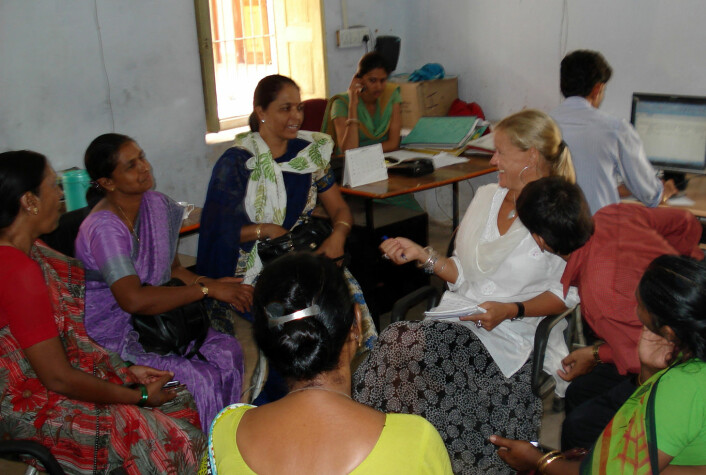 Kristin Braa i samtale med en fokusgruppe med helsearbeidere i Rajasthan i India. (Foto: Ime Asangansi)