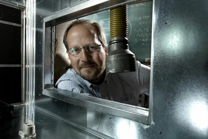 Matthew Johnson har utviklet et nytt, energisparende luftfilter som fjerner bakterier og virus, støv og giftige gasser fra lufta omtrent på samme måten som jordas atmosfære renser seg selv, med sollys, ozon og regn. (Foto: Københavns Universitet)
