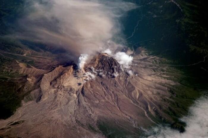 Shiveluch-vulkanen på Kamchatka-halvøya lengst øst i Russland er en av de mest aktive i «ildringen» rundt Stillehavet. Her pågår subduksjonsprosessen for fullt med en havbunnplate (Stillehavsplaten) som glir inn under en kontinentplate (Nord-Amerika-platen).