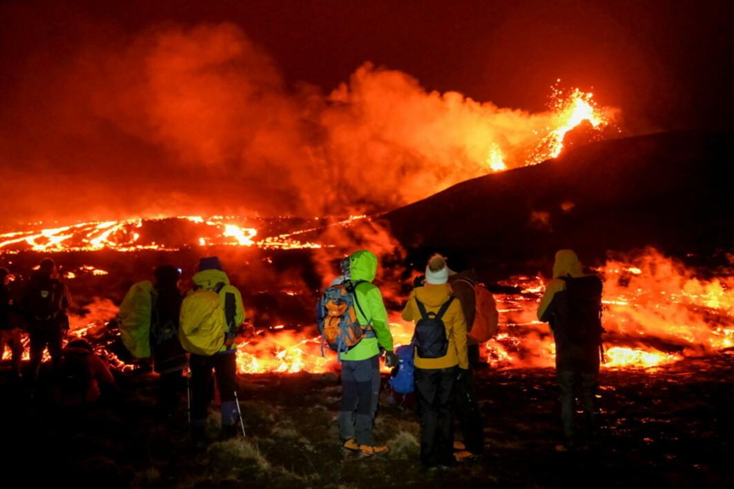 På Island spruter det nå lava opp av bakken utenfor hovedstaden Reykjavik. Dette skjer nettopp langs sprekken der platetektonikken får Atlanterhavet til å dele seg i to. Sprekken går tvers over Island.