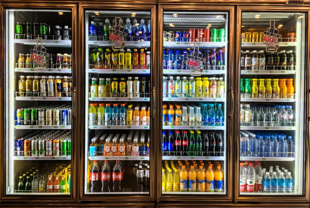 En student flyttet flaskene i kjøleskapene i skoler og fikk de unge til å kjøpe flere sunne drikkevarer.