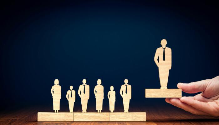 Når styrer med hjelp fra hodejegerfirmaer går på jakt etter nye toppsjefer, velger de ofte folk med mye erfaring. Talent og evner kan late til å spille mindre rolle. Er det kanskje fordi mange av de mest talentfulle ikke vil ha slike jobber?