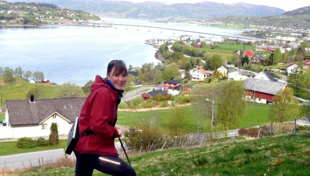 Skredforsker Lena Rubensdotter fra NGU sjekker grunnforholdene under skredfarekartleggingen i Sykkylven. NGU