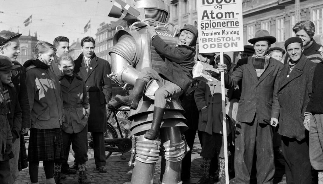 Et tidlig forvarsel om hva som kommer: Roboten Tobor reklamerer for den amerikanske filmen Tobor og atomspionene  i København i 1955. Willy Lund, Scanpix Denmark