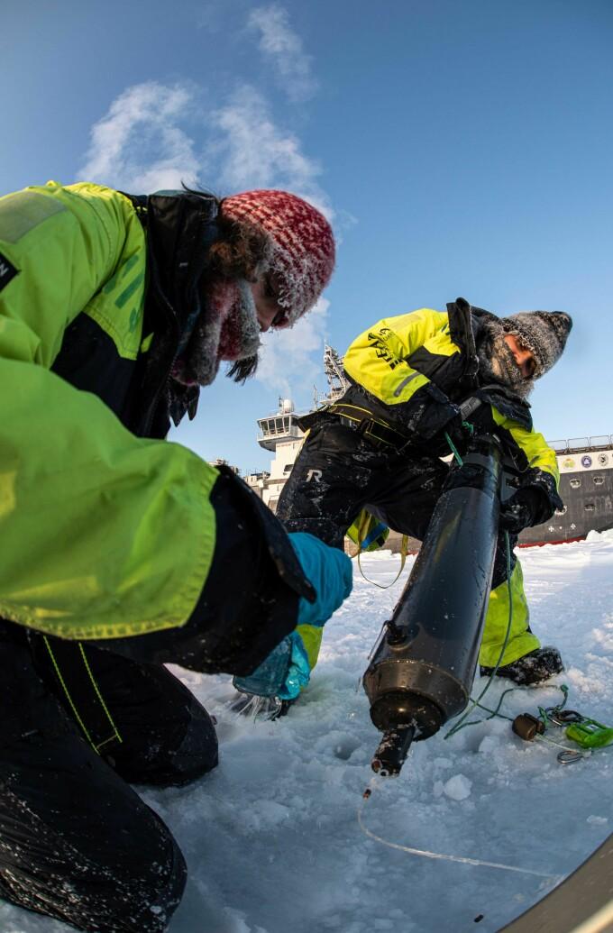 Cheshtaa (til høgre) arbeidar på isen og hentar opp vassprøver.