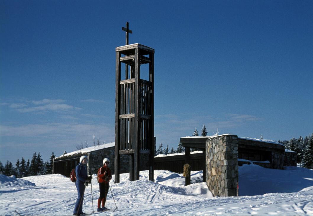 Dette bildet er tatt utenfor Sjusjøen fjellkirke på 1970-tallet.