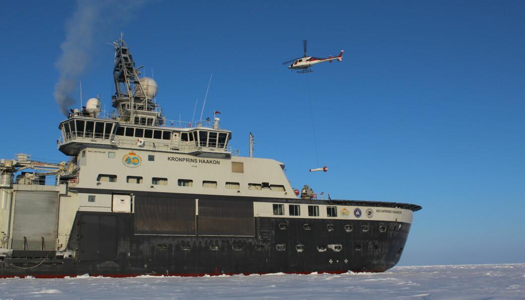 Helikopteret tar av med en sensor som måler isstykkelse, og et stereokamera system
