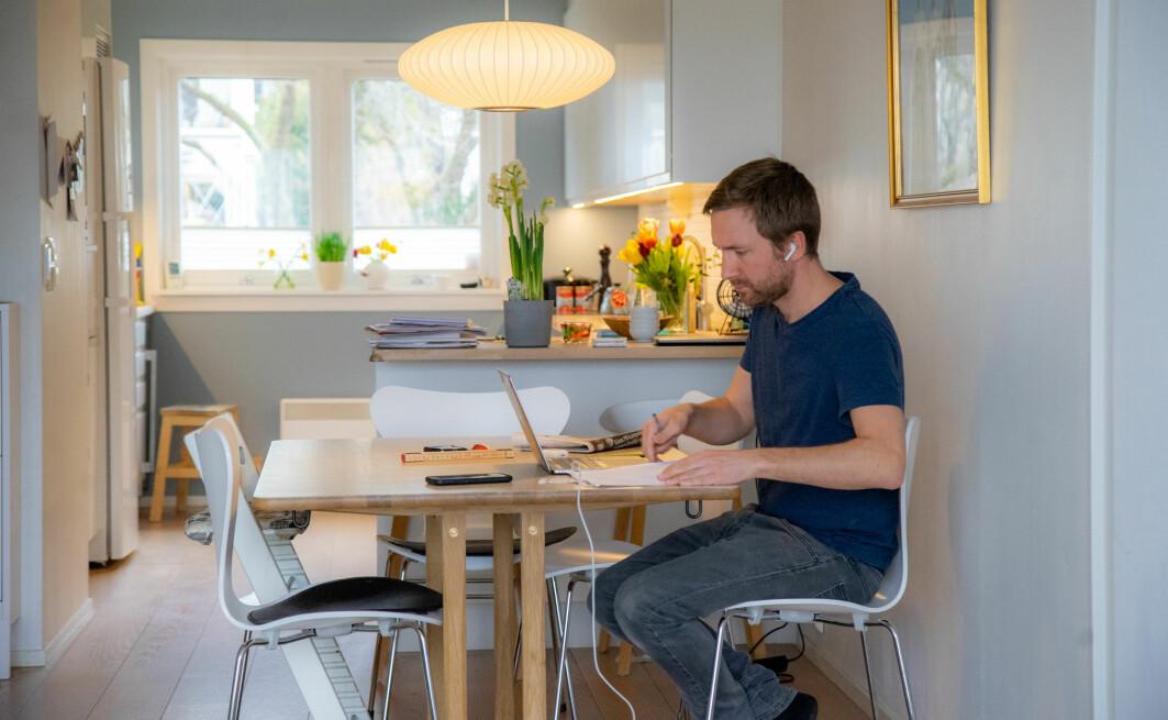Det har gått et drøyt år siden arbeidsplassen ble flyttet til kjøkkenbordet for mange. Og mange mener det har påvirket helsa.