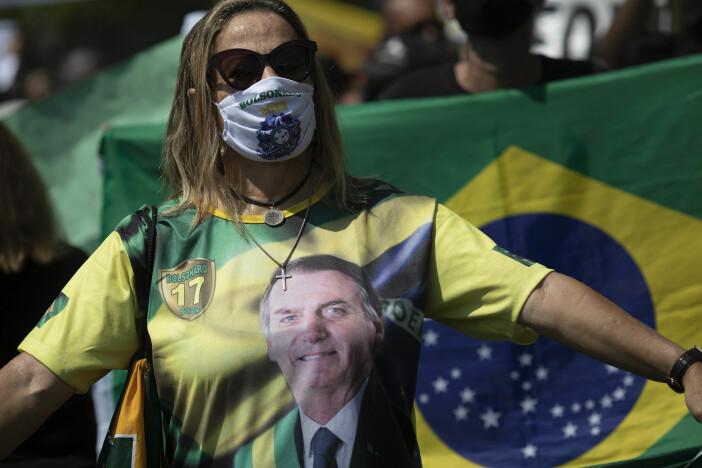 En tilhenger av Brasils president Jair Bolsonaro deltar i en protest på Copacabana mot en ti dager lang nedstengning av Rio de Janeiro for å prøve å bremse koronapandemien.