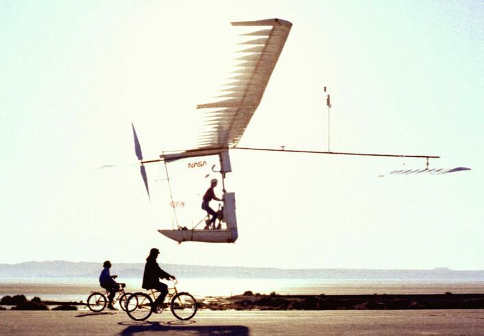 The Gossamer Albatross II flyr på Dryden Flight Research Center i 1980. (Foto: NASA)