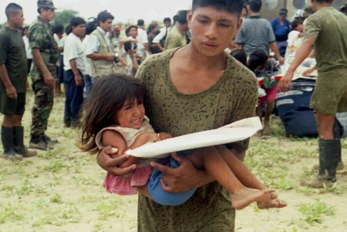 Peruanske soldater evakuerer Piura, en liten by 100 mil nord for Lima, i januar 1998. En brutal El Niño-storm hadde lagt store deler av byen under vann. (Foto: Silvia izquierdo/ Reuters)