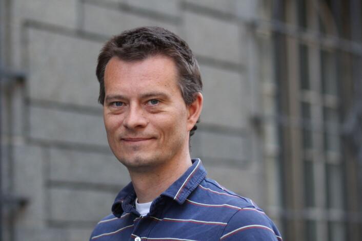 Jacob Hølen, NEM, forklarer at helseforskningsloven styrer hva som skal legges fram for REK. (Foto: Lise Ekern)