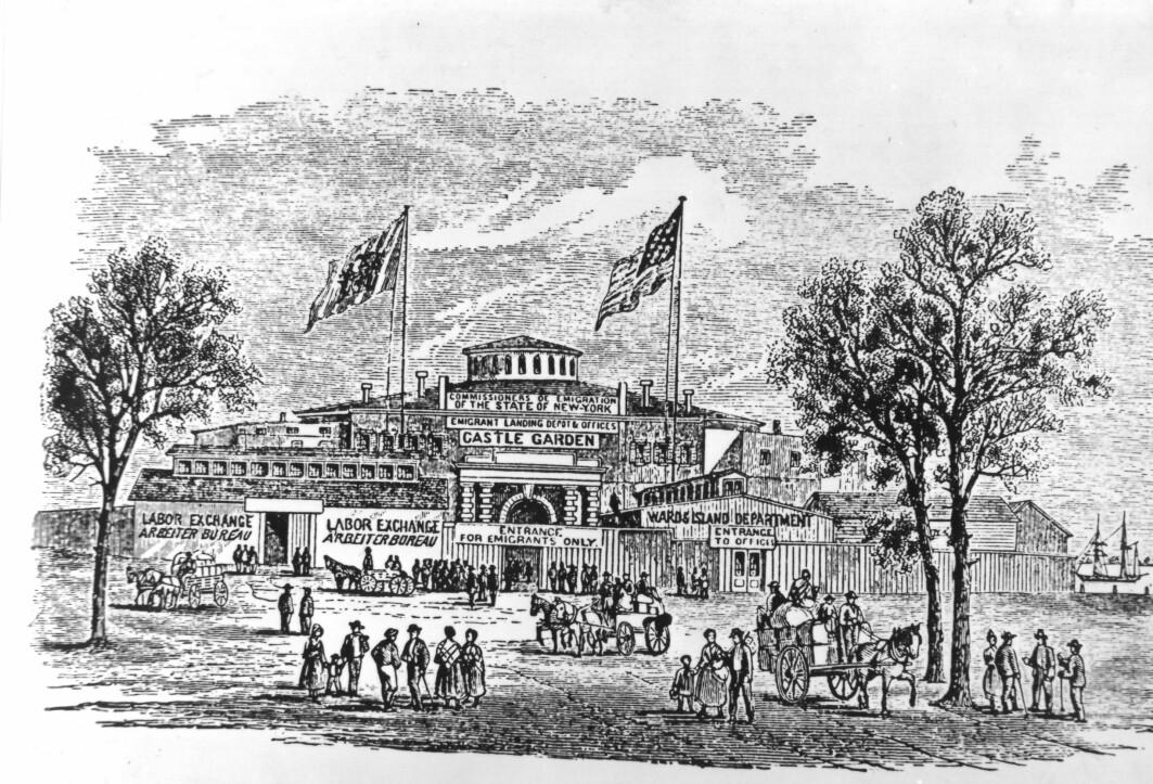 Castle Garden, den første innvandringsstasjonen i New York lå på Manhattens sørspiss. Stasjonen ble åpnet i 1855. Castle Garden ble nedlagt og erstattet av Ellis Island på slutten av 1800-tallet.