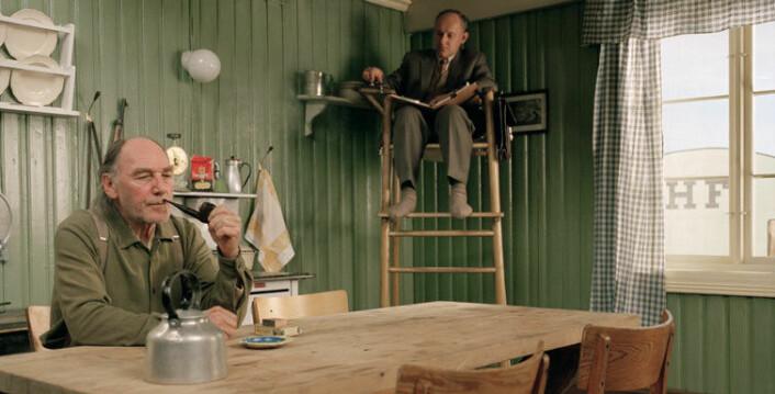 I Bernt Hamers prisbelønte filmkomedie Salmer fra et kjøkken fra 2003 ser vi svenske samfunnsforskere som kommer til landsbygda i Norge for å studere norske menns kjøkkenbruk, med det formål å effektivisere deres kjøkkenrutiner. (Foto: SF Norge AS)