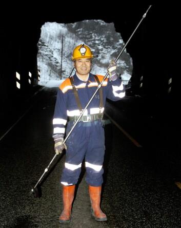 Charlie Chunlin Li. Professoren, bergingeniøren og oppfinneren av D-Bolt med «babyen» i hånden, i en tunnel på gamle E39. (Foto: Trond Skogseth)