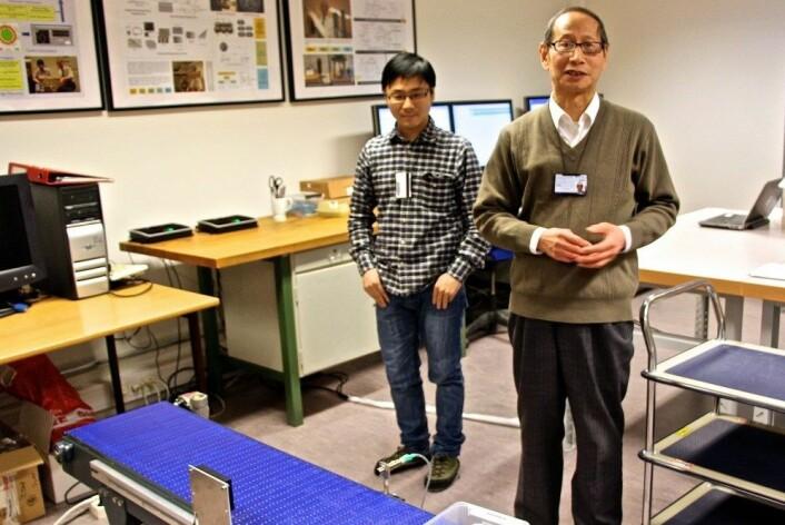 Kesheng Wang (t.h.),  professor ved Institutt for produksjons- og kvalitetsteknikk og hans stipendiat, Quan Yu, har utviklet programvare som gjør det enklere for norske bedrifter å utnytte RFID-brikketeknologi. (Foto: Nancy Bazilchuk/NTNU)