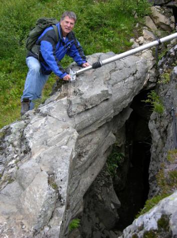 Prof. Bjørn Nilsen, NTNU, ved måleinstrument som overvåker sprekken i fjellet ved Åkneset over Storfjorden