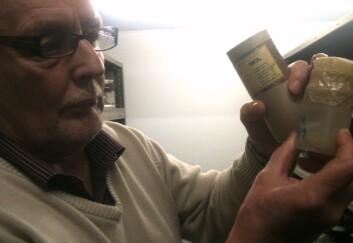 Arne C. Nilssen viser frem holotypen av nesemarken Linguatula arctica, som han var med på å oppdage i 1987. (Foto: Hanne Jakobsen)