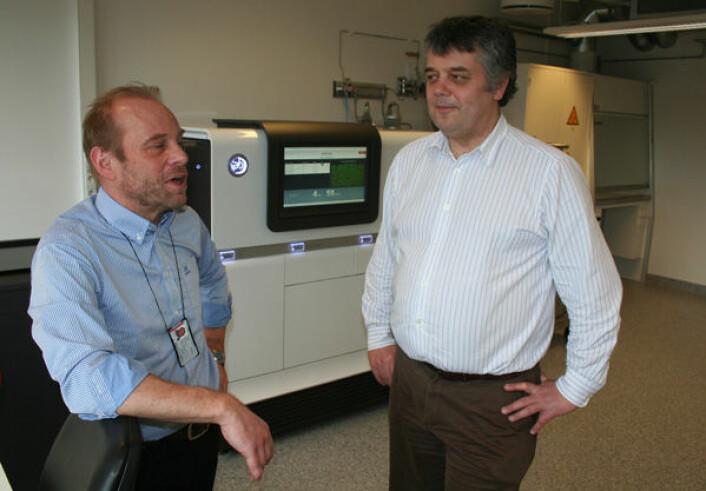 Kjetill S. Jakobsen (t.v.) og Dag Erik Undlien leder Norwegian Sequencing Centre. I bakgrunnen en ny gensekvenseringsmaskin med teknologi som av mange regnes som tredje generasjon. (Foto: Asle Rønning)