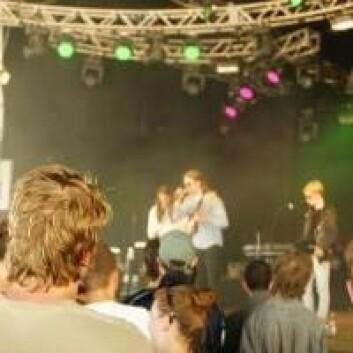 Publikum oppfordres til å beskytte hørselen på Roskilde-festivalen, men det er det ikke mange som gjør. Det var også langt mellom øreproppene på denne konserten med danske Girlseeker på Pavilion Junior. (Foto: Jeppe Wojcik)