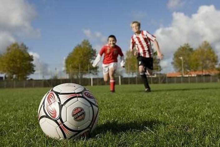 Ifølge ny doktoravhandling gjør ballspill det vanskelig for de svakeste barna å delta i gymtimene. Avhandlingen peker på ti strategier som kan hjelpe. (Foto: Colourbox)