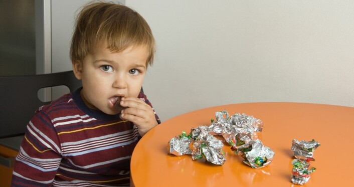 For mye mat og for lite aktivitet gjør barna tykke. Fedmebehandlerne forsøker å snu på matvanene. (Foto: Colourbox)