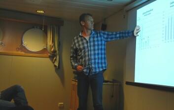 Torkel Gissel Nielsen presenterer foreløpige resultater for de andre medlemmene på EURO-Basin-toktet. (Foto: Hanne Østli Jakobsen)