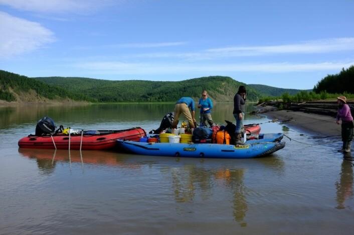 Flåten pakkes før avgang nedover elva. (Foto: Jørn Hurum, Naturhistorisk museum)