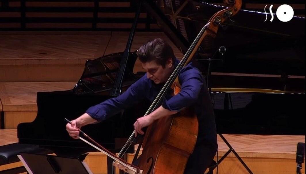 Kontrabassist Igor Eliseev reiser verden rundt med musikkinstrumentet. Han er avhengig av at kontrabassen er hel og fin.