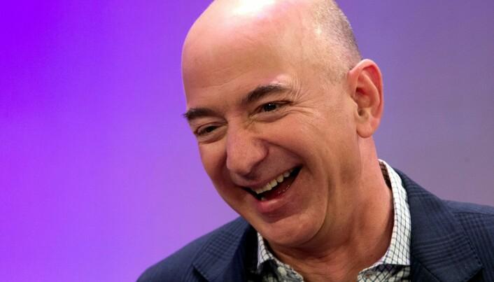 Amazon-gründer Jeff Bezos er verdens rikeste mann. I koronaåret 2020 økte antallet dollar-milliardærer i verden med 660 personer til i alt 2755 personer, ifølge økonomitidsskriftet Forbes. Den samlede formuen til disse personene økte fra 8 000 milliarder dollar (2019) til utrolige 13 100 milliarder dollar (2020). «The very, very rich got very, very richer,» konstaterer den ansvarlige for tallene hos Forbes. Jeff Bezos sa i en Twitter-melding onsdag at han støtter Bidens forslag om økt selskapsskatt.