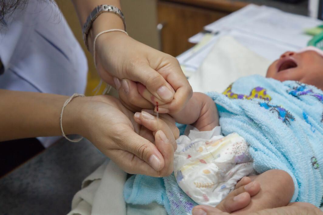 I Norge testes alle nyfødte barn med en blodprøve for å avdekke ulike metabolske sykdommer.