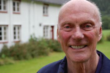 """""""Fred Kavli foran barndomshjemmet i Eresfjorden, august 2007."""""""