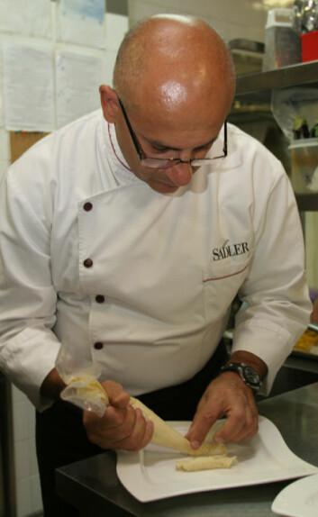 """""""Claudio Sadler i arbeid med en tørrfiskrett. På bildet under kan du se resultatet."""""""
