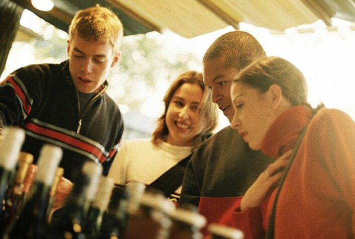 Danske ungdommer er fortsatt i front når det kommer til alkohol. Ny forskning kobler rus med verdiene i det moderne forbrukssamfunnet. (Illustrasjonsfoto: Colourbox)
