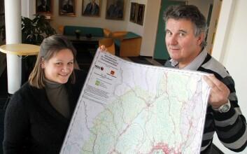 Guri Ganerød og Jan Steinar Rønning med en analog utgave av kartet som nå blir tilgjengelig på NGUs hjemmesider. (Foto: Andreas R. Graven)