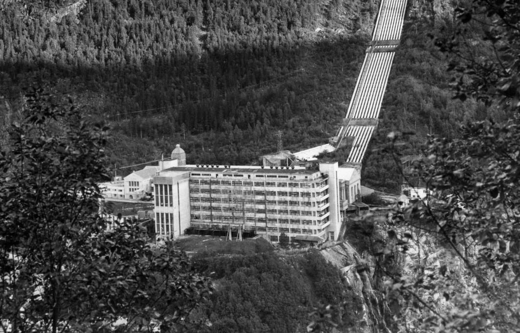 Tungtvannsfabrikken på Vemork på Rjukan. Tungtvannet ble lagd i bygningen i forgrunnen. Den er revet nå.