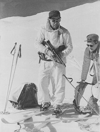 Noen år etter at krigen var slutt ble det lagd en film om bombeaksjonen på Rjukan. Mennene som hadde vært med, spilte seg selv. Her flykter kaptein Knut Haukelid på ski til Sverige.