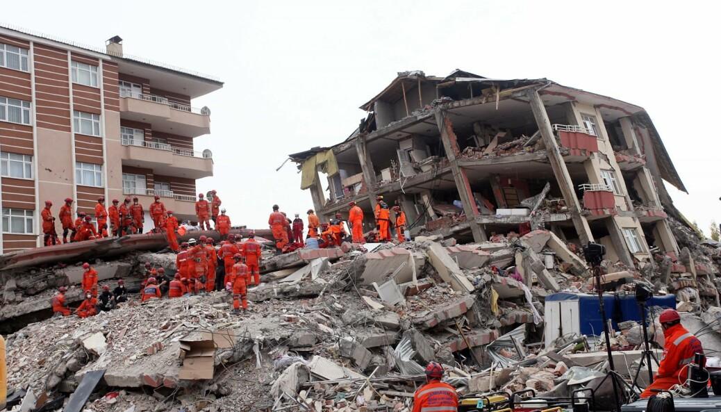 Sammenraste hus etter jordskjelvet i Van i Tyrkia 25. oktober 2011. 604 omkom. Gamle betongbygg i utsatte området kan bli sterkere med en ny drakt av tre.